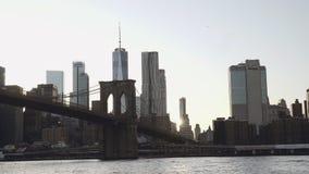 Una vista del horizonte del Lower Manhattan con un World Trade Center filmado del barco en el East River debajo de la Brooklyn almacen de metraje de vídeo