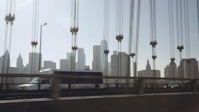 Una vista del horizonte del Lower Manhattan filmada por la tarde de la conducción de automóviles del taxi de Uber en la zona orie metrajes