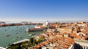 Una vista del horizonte que pasa por alto la ciudad y los canales viejos de Venecia, Italia en un día claro soleado foto de archivo