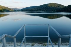 Una vista del lago del artificl fotografie stock