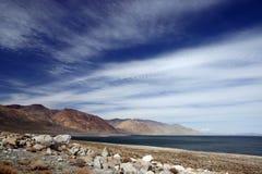 Una vista del lago con cielo blu Fotografia Stock Libera da Diritti