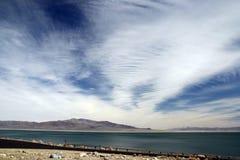 Una vista del lago con il cielo nuvoloso Fotografia Stock Libera da Diritti