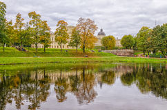 Una vista del lago d'argento e di grande palazzo in Gatcina Immagini Stock Libere da Diritti