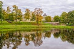 Una vista del lago de plata y del gran palacio en Gatchina Imágenes de archivo libres de regalías