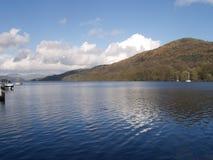 Una vista del lago Windermere nel distretto inglese del lago fotografia stock libera da diritti