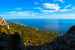 Una vista del mar y del bosque de la primavera de una alta montaña en la Crimea Foto de archivo libre de regalías