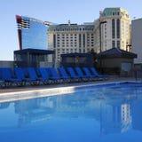 Una vista del Marriott e del Hilton da uno stagno del tetto Fotografia Stock Libera da Diritti