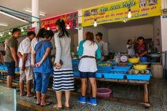 Una vista del mercado de Samasarn en tiempo del día Fotos de archivo libres de regalías