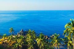 Una vista del paesaggio tropicale da sopra l'antenna costiera v Immagine Stock