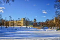 Una vista del palazzo di Gatcina nel parco del palazzo Fotografie Stock