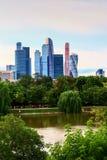 Una vista del parque con la charca y la Moscú-ciudad Fotografía de archivo