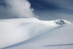Una vista del picco di montagna della neve Fotografie Stock Libere da Diritti