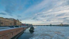 Una vista del ponte di annuncio con il pilastro St Petersburg navale Fotografia Stock
