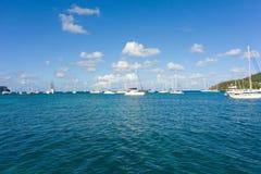 Una vista del porto di Bequia durante la stagione turistica Immagini Stock Libere da Diritti
