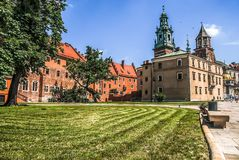 Una vista del presbiterio, della cattedrale di Wawel e del museo della cattedrale situati al complesso architettonico di Wawel a  immagine stock libera da diritti
