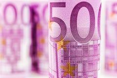 Una vista del primo piano della banconota rotolata euro 500 Immagine Stock