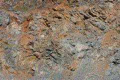 Una vista del primo piano delle pareti di vecchia cava abbandonata Immagini Stock Libere da Diritti