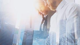Una vista del primo piano di due businessmans sulla riunione Gruppo di affari nel processo di lavoro Doppia esposizione, costruzi Immagini Stock