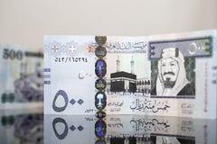 Una vista del primo piano di un riyal di cinquecento saudite su un vetro scuro Immagine Stock