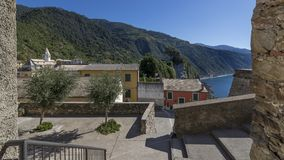 Una vista del pueblo de Corniglia en el parque de Cinque Terre, Liguria, Italia imagenes de archivo