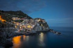 Una vista del pueblo Manarola de Cinque Terre en la oscuridad en el La Spezia, Liguria, Italia - 16 de mayo de 2016 fotos de archivo