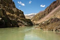 Una vista del río de Zanskar cerca de Nimmu, de Leh-Ladakh, de Jammua y de Cachemira, la India fotografía de archivo libre de regalías