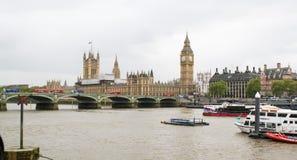 Una vista del río Támesis, de Big Ben y del palacio de Westminster Fotografía de archivo