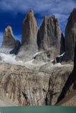 Una vista del ritratto delle tre torri enormi del granito all'estremità della passeggiata di W nel parco nazionale di Torres del  Immagini Stock