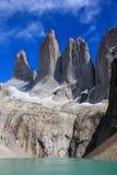 Una vista del ritratto delle tre torri enormi del granito all'estremità della passeggiata di W nel parco nazionale di Torres del  Fotografia Stock Libera da Diritti
