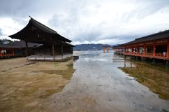 Una vista del santuario di Itsukushima a Miyajima, Giappone immagine stock