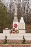 Una vista del sepulcro común de soldados y de civiles soviéticos en el pueblo de Sukko, que murió figh Foto de archivo