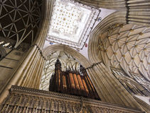 Una vista del techo de la pantalla de coro de la iglesia de monasterio de York Imagenes de archivo