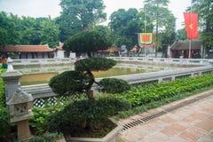 Una vista del templo adentro de la literatura en Hanoi, Vietnam fotos de archivo libres de regalías