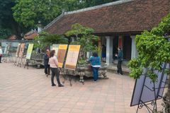 Una vista del templo adentro de la literatura en Hanoi, Vietnam imagen de archivo