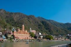 Una vista del templo y de Laxman Jhula de Trayambakeshwar acurrucado a lo largo del Gan imagenes de archivo