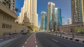 Una vista del tráfico en la calle en hyperlapse del timelapse del puerto deportivo de la residencia y de Dubai de la playa de Jum almacen de video