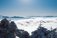 Una vista del valle cubierto por la nieve desde arriba de una montaña nevosa en un día soleado fotografía de archivo libre de regalías