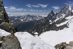 Una vista del valle de Aosta de la cumbre de Punta Helbronner imágenes de archivo libres de regalías