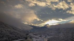 Una vista del valle y de las montañas congelados imagenes de archivo