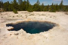 Una vista del vapor que sube de la caldera en el parque de yellowstone imagenes de archivo