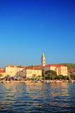 Una vista del villaggio Supetar fotografie stock libere da diritti
