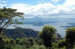 Una vista del vulcano di Taal attraverso il lago Taal a Tagaytay nelle Filippine Fotografie Stock Libere da Diritti