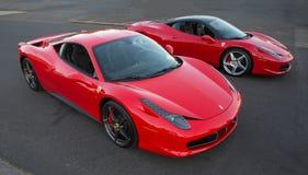 Una vista dell'angolo alto di due Ferrari 458 parcheggiato Fotografie Stock Libere da Diritti