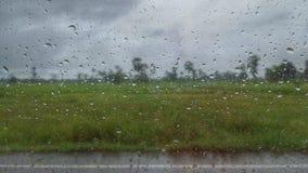 Una vista dell'annata del giacimento del riso dalla goccia di pioggia sulla finestra Immagine Stock