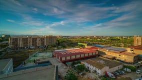 Una vista dell'area di Benimaclet durante il giorno e la notte, accanto alla stazione di Machado Velencia, Spagna stock footage