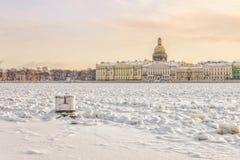 Una vista dell'argine inglese sopra il fiume congelato di Neva Fotografia Stock Libera da Diritti