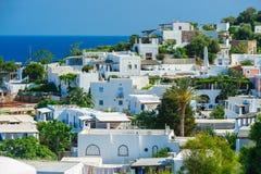 Una vista dell'isola con le case bianche tipiche, Italia di Panarea immagine stock