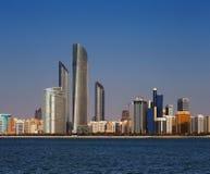 Una vista dell'orizzonte della strada di Corniche ad ovest come visto da Marina Mall, Abu Dhabi, UAE fotografia stock libera da diritti