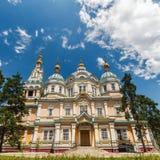 Una vista della cattedrale di ascensione a Almaty fotografie stock