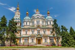 Una vista della cattedrale di ascensione a Almaty immagine stock